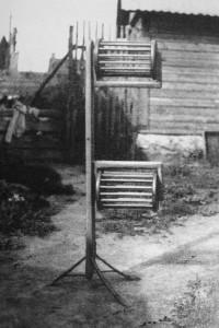 Püstkerilaud- selle abil sai kerida lõngavihist kerad. (Foto raamatust Kudumid K.Konsin 1979)
