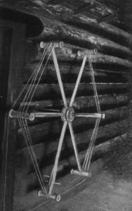 seinahaspel- Haspeldati raudvarda otsa torgatud värtnalt. (Foto raamatust Kudumid K.Konsin 1979)