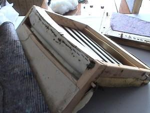 Seljatoekanga üks ots on tavaliselt viidud istumise osa ja  seljatoa sisekülje vahelt läbi taha ja seal klambritega puitraami külge kinnitatud. Teine ots on viidud üle seljatoe  taha ja kinnitatud tooli tagumise, alumise ääre alla.
