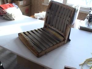 Siin on polstrist puhastaud karkass, koos kummiribadega, mis annavad seljatoele ja istumisosale vetruvuse.