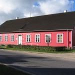 Kihnu muuseum. Ehitatud koolimajaks mõisahoone lammutamisel saadud palkidest. Uus koolimaja asub muuseumi taga.